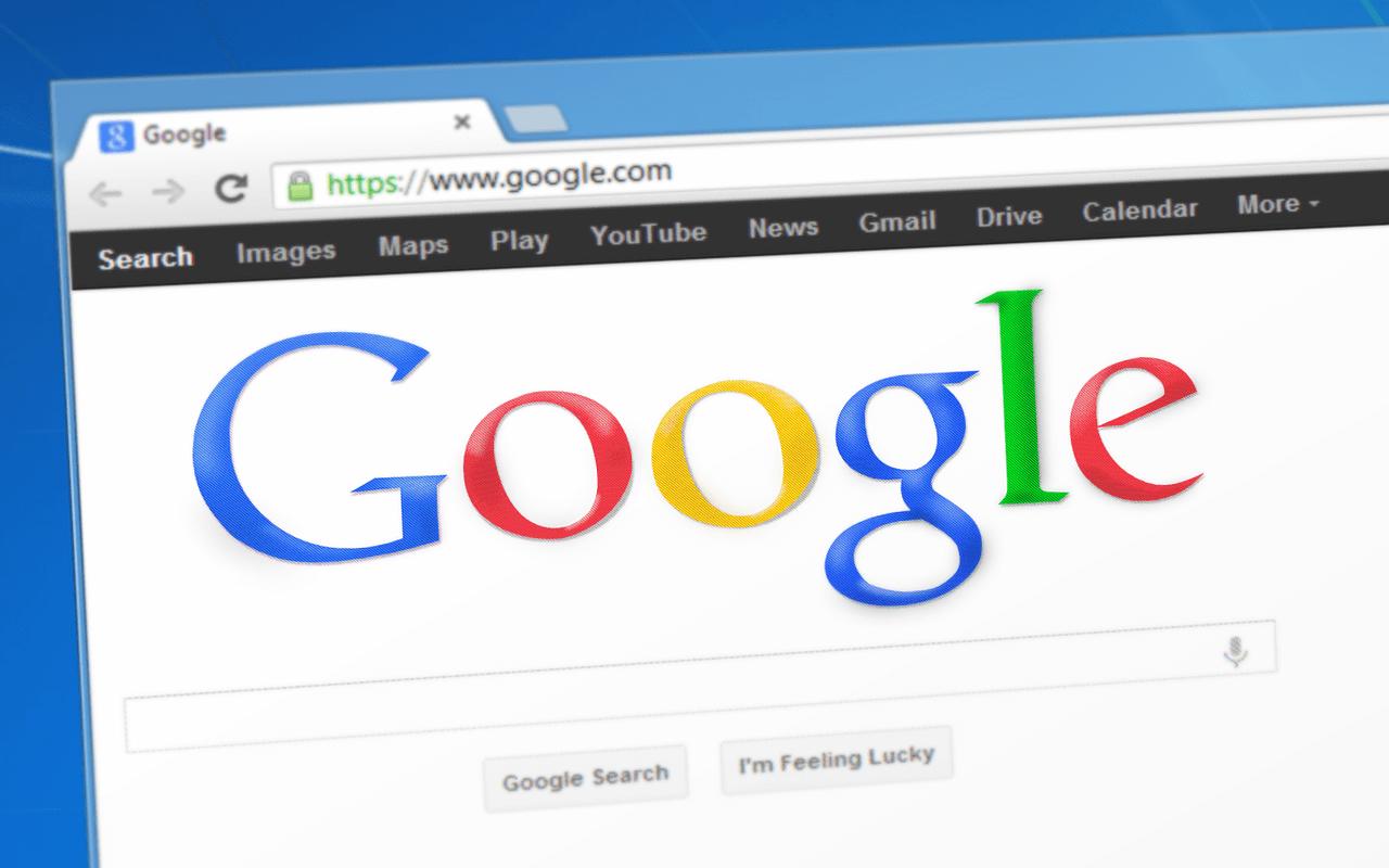 Google søkeside med blå bakgrunn